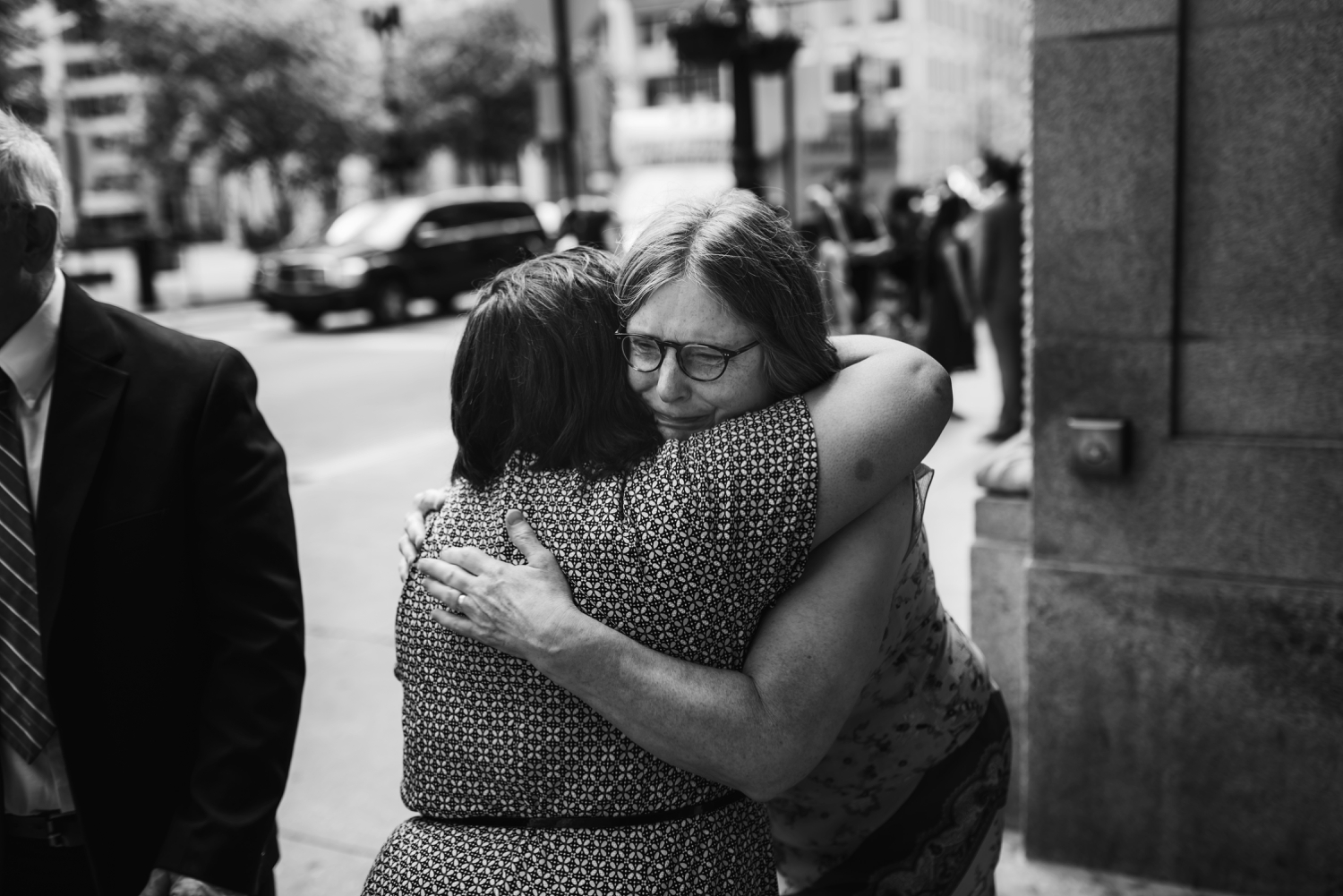 Chicago Elopement photographer - The Adamkovi, mother crying and hugging